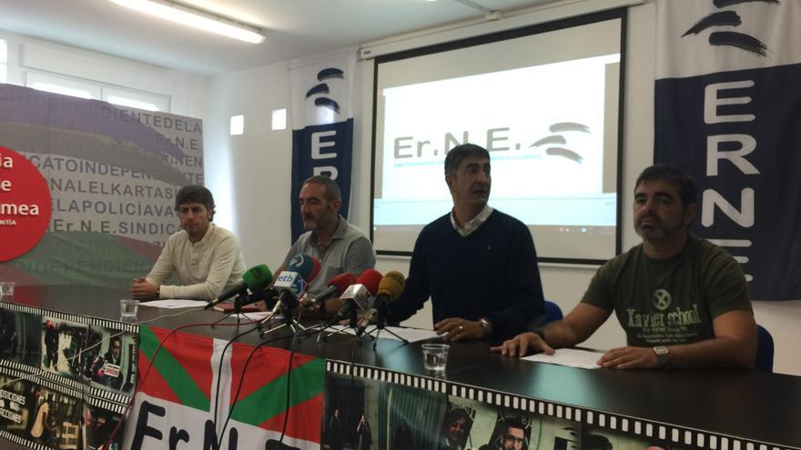 Roberto Seijo, líder de ErNE, en el centro con otros dirigentes de la principal central de la Ertzaintza.