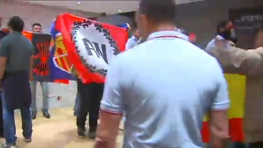 Banderas de Alianza Nacional, Democracia Nacional y Falange