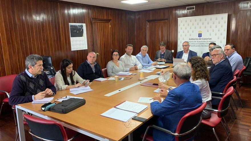 Reunión entre el consejero de Transición Ecológica, Lucha contra el Cambio Climático y Planificación Territorial del Gobierno de Canarias y representantes de los Cabildos insulares.
