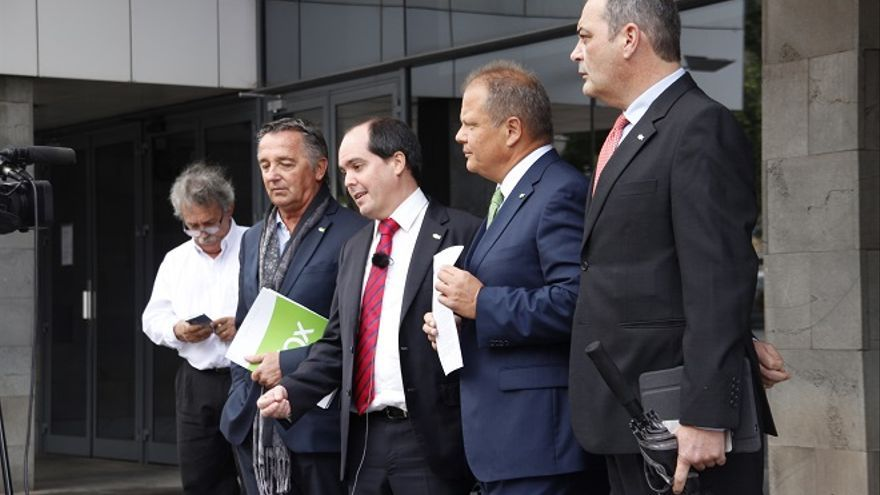 Sigfrid Soria muestra la denuncia acompañado por varios líderes regionales de Vox. MANOLO DE LA HOZ