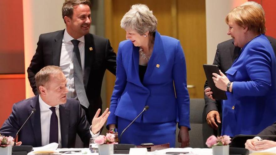 """La canciller alemana, Angela Merkel (d), el primer ministro de Luxemburgo, Xavier Bettel (2i), la primera ministra británica, Theresa May (2d), y el presidente del Consejo Europeo, Donald Tusk (i), participan en una reunión sobre el """"brexit"""" con líderes europeos celebrada en el Consejo Europeo de Bruselas (Bélgica)."""