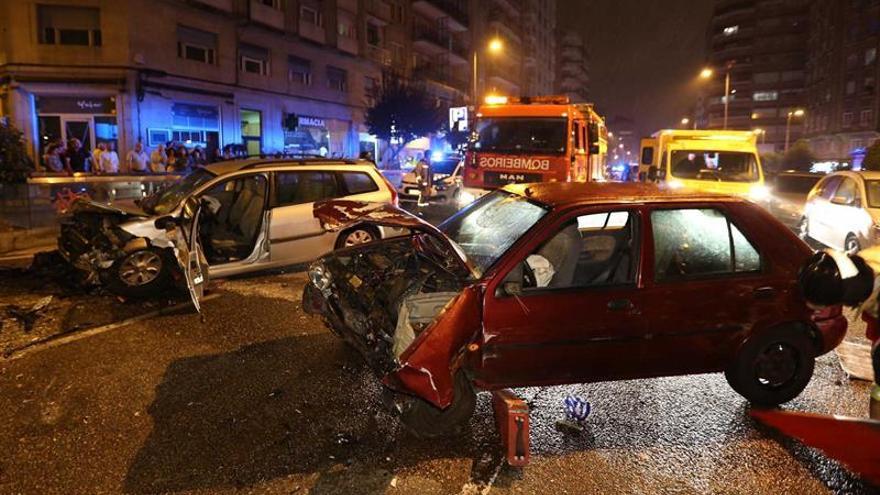Excarcelan a una persona tras una colisión frontal triple en Vigo