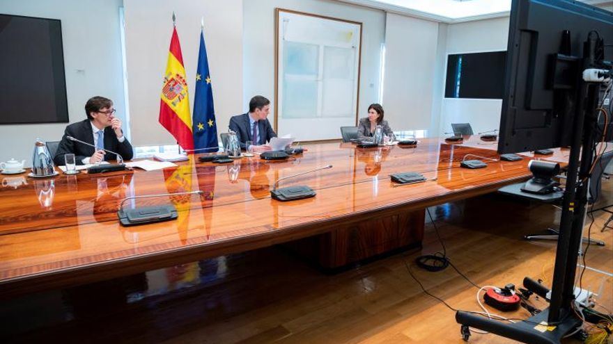 El ministro Salvador Illa, el presidente Pedro Sánchez y la portavoz del Centro de Alertas María José Sierra.