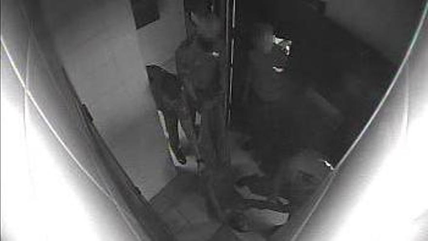 Una captura del vídeo en el que se ve a varios agentes arrastrando a Marouane en el CIE de Zapadores en julio de 2019.