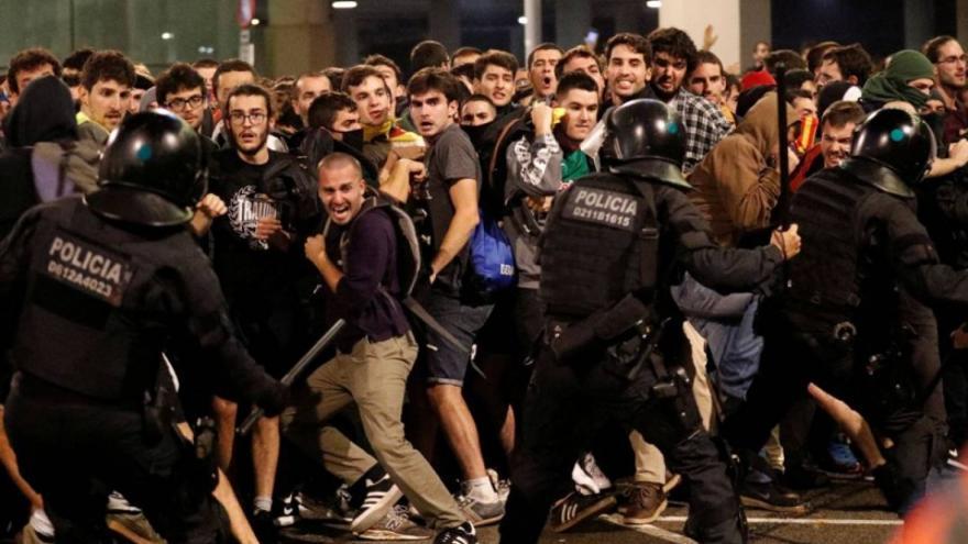Cargas policiales en Catalunya durante las protestas por la sentencia del procés