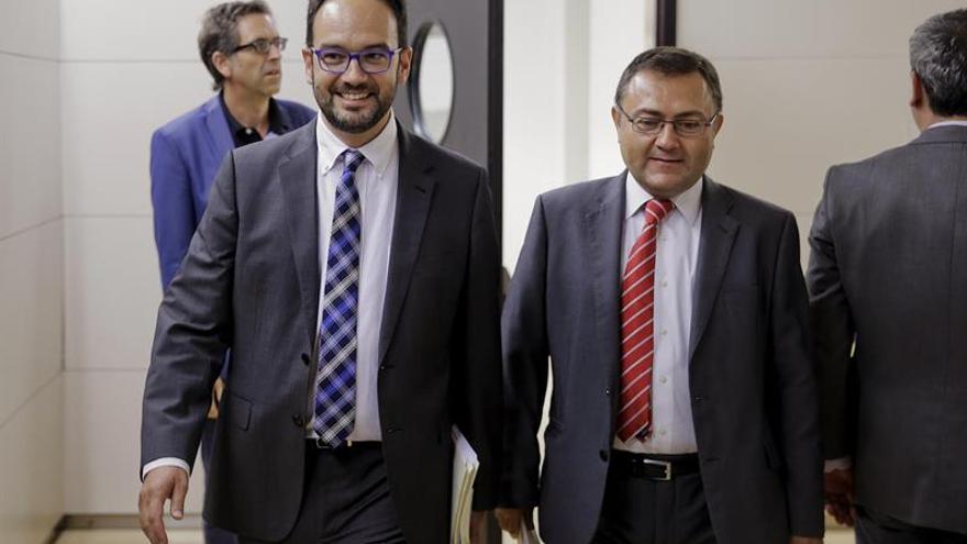 El PSOE se plantea acudir de nuevo al TC si De Guindos no comparece hoy