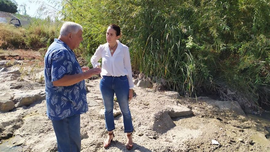 La portavoz de Vox, Paula Badanelli, visita el río con vecinos de la zona.