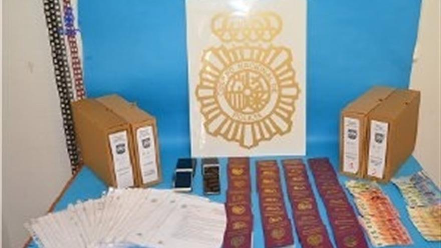 Parte de la documentación falsa incautada a los detenidos en el sur de Tenerife