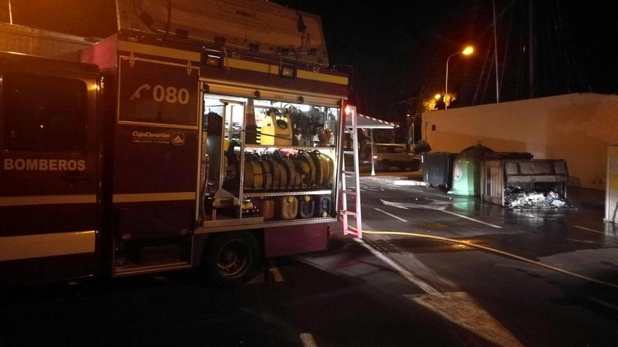 En la imagen, un camión de Bomberos La Palma y el contenedor quemado en la Calle La Sabina de Los Llanos. Foto: Bomberos La Palma.