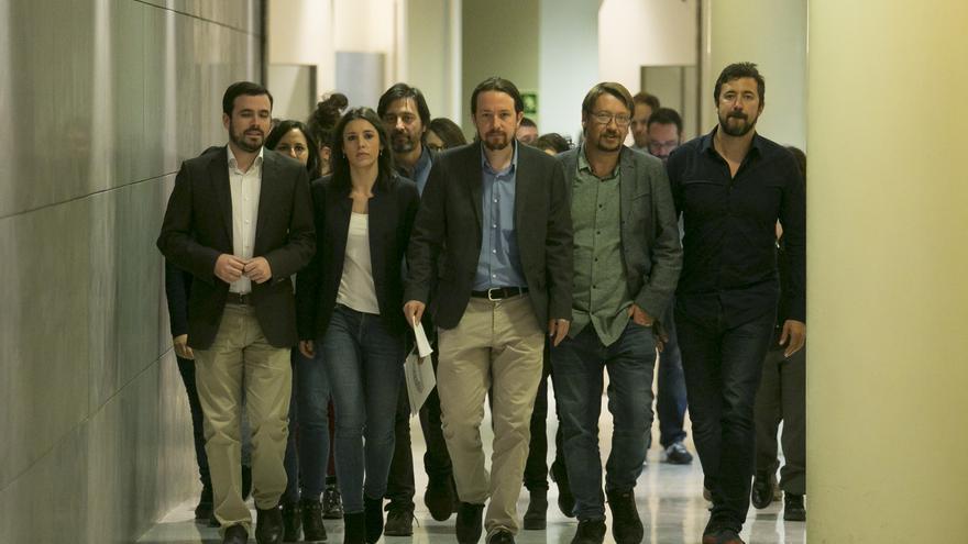 Pablo Iglesias, Irene Montero, Alberto Garzón, Xavier Domènech y Antón Gómez-Reino, en el Congreso de los Diputados