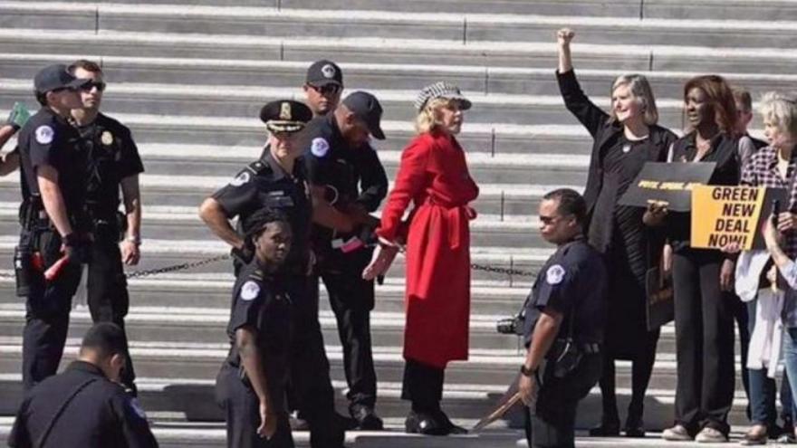 La actriz Jane Fonda, detenida en una protesta por el medio ambiente.