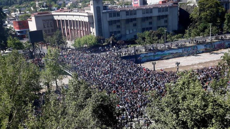 Cacerolazos y cánticos le ganan a la violencia en un nuevo día de protestas en Chile