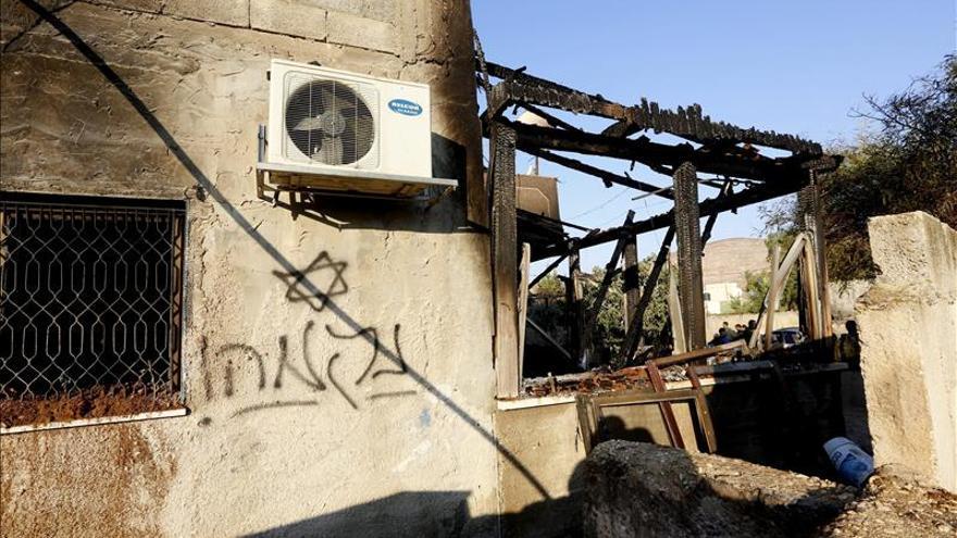 """Imagen de un grafiti en hebreo con el mensaje """"venganza"""" pintado sobre una pared de la casa que fue objeto de un incendio provocado por colonos judíos en la población palestina de Douma, en Cisjordania. / Efe."""