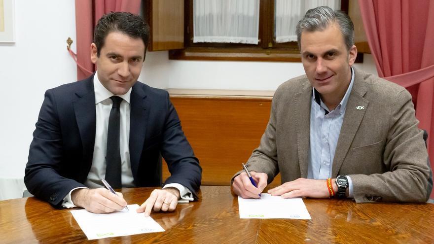 Teodoro García Egea firma el acuerdo de Mesa del Parlamento andaluz con su homólogo de Vox, Javier Ortega.