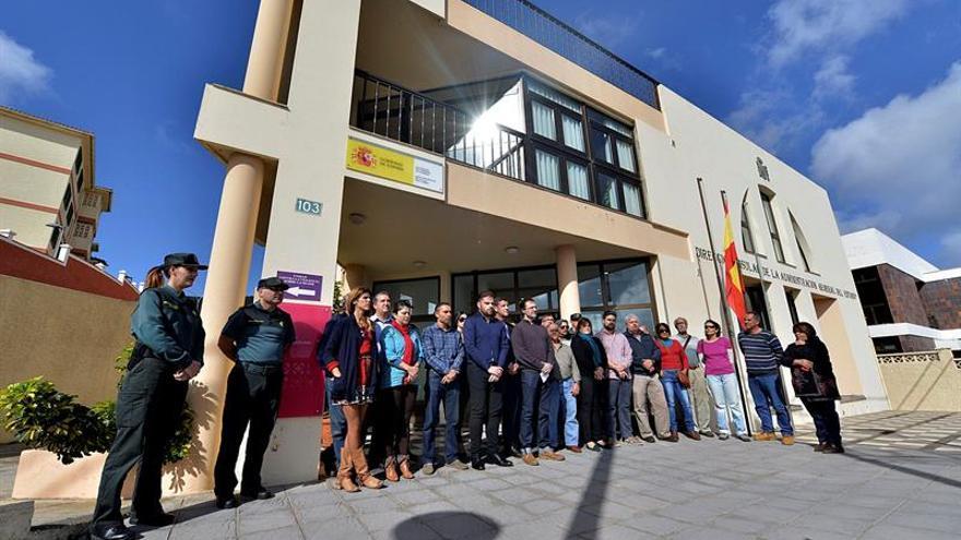 Un momento del minuto de silencio convocado a las puertas de la Dirección Insular de la Administración del Estado de El Hierro, en Valverde, ante el último caso de muerte por violencia de género ocurrido en las islas