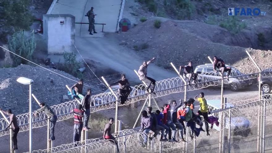 Imagen de esta mañana en la valla de Ceuta. Foto: Youtube/ Faro de Ceuta
