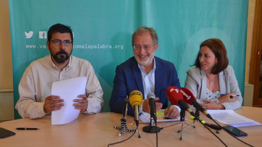 Los concejales de VTLP Alberto Bustos, Manuel Saravia y María Sánchez durante la rueda de prensa.