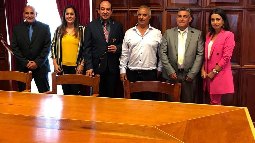 El alcalde de Garafía,, Yeray Rodríguez, tras la toma de posesión del cargo, con el grupo de gobierno formado por PSOE, PP y FG.