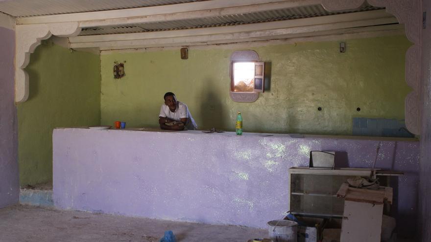 Cheja Beiruk posa dentro de su restaurante a medio construir en Rabouni © Ángel L. Martínez