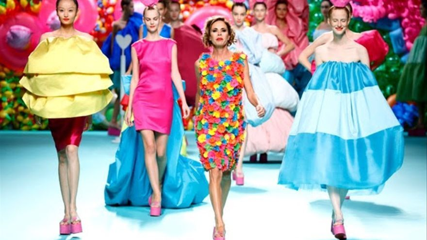 Agatha Ruiz de la Prada lleva la seda de La Palma a la pasarela Mercedes Benz Fashion Week Madrid.