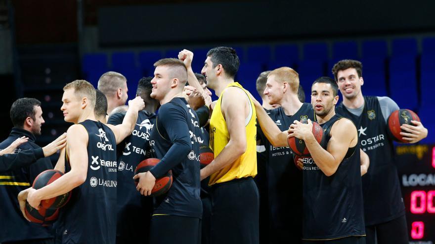 Los jugadors del Canarias antes de medirse al Joventut esta temporada.