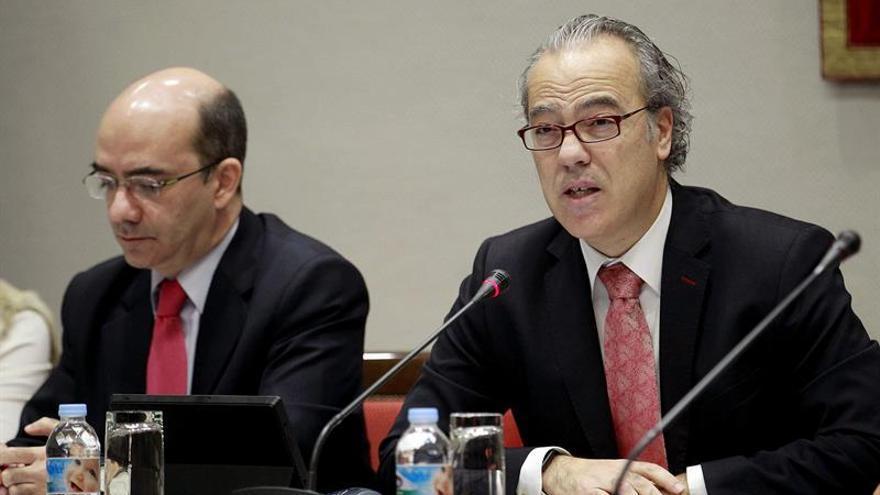 El consejero de Sanidad del Gobierno de Canarias, Jesús Morera (d), compareció en comisión parlamentaria para informar del proyecto de presupuestos autonómicos en su área para 2017. EFE/Cristóbal García
