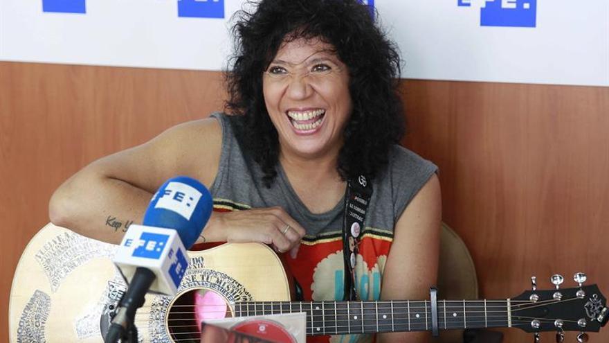 La cantautora canaria Rosana Arbelo posa durante una entrevista con la Agencia Efe. EFE/Cristóbal García