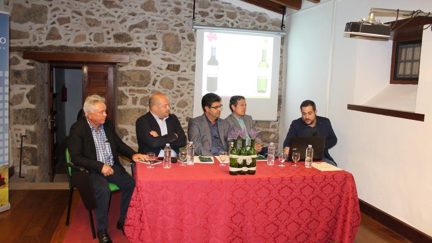 Momento de la presentación, en días recientes, de la guía de vinos locales