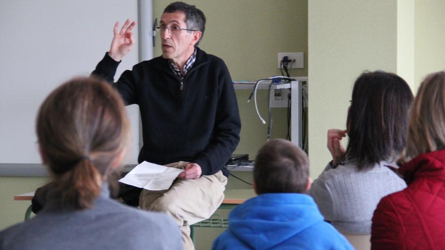 El maestro José Antonio Sánchez Raba impartiendo una charla.