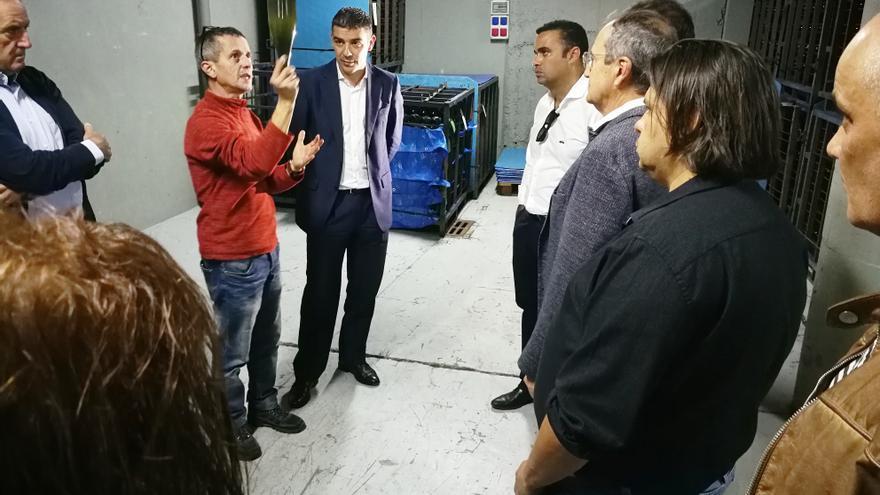Narvay Quintero, en el interior de la bodega, junto a directivos de la SAT