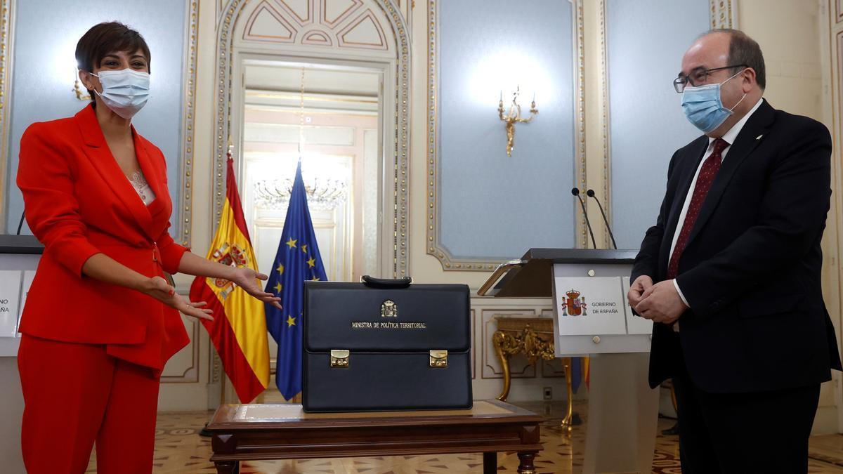La ministra de Política Territorial, Isabel Rodríguez, recibe la cartera ministerial de su predecesor Miquel Iceta, este lunes, durante una ceremonia en el Ministerio de Política Territorial, en Madrid.