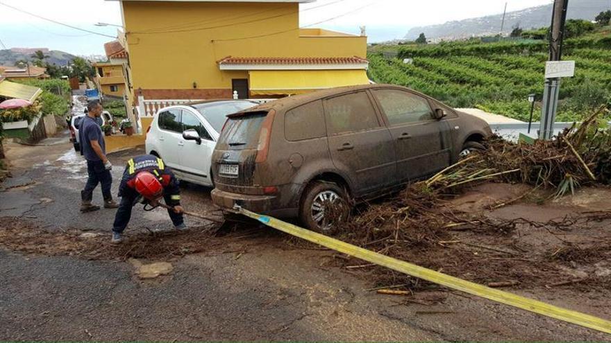 Fotografía cedida por el Ayuntamiento de La Orotava de los servicios de emergencia que trabajan para reparar los desperfectos causados / EFE