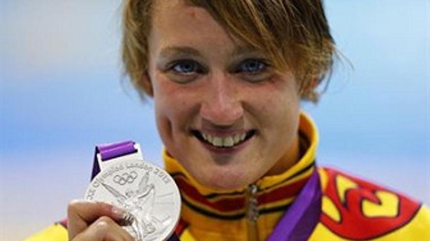 La nadadore española con su segunda medalla de plata. (Europa Press)