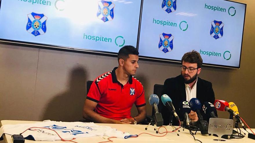 Víctor Moreno, junto a Ramón Miérez durante la presentación del delantero argentino como jugador del CD Tenerife