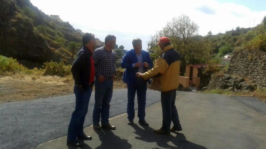 En la imagen, el consjero insular de Infraestructura y el primer teniente de alcalde de la capital (centro) en el tramo mejorado de la vía que comunica Benahoare con Las Nieves por el barranco.