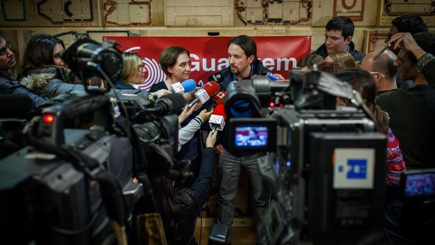 Pablo Iglesias y Ada Colau comparecen en Barcelona con el nombre de Guanyem al fondo. / ENRIC CATALÀ