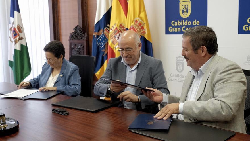 El presidente del Cabildo, Antonio Morales; la rectora accidental de la ULPGC, Trinidad Arcos; y el presidente regional de la COAG, Rafael Hernández.