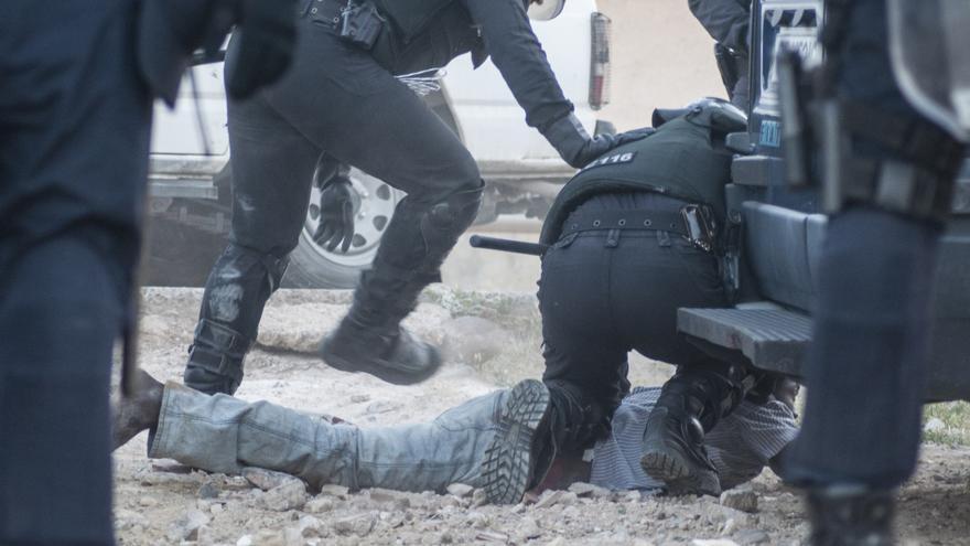 Agentes de la Policía Nacional paralizan a uno de los inmigrantes que lograron pisar suelo español/Blasco de Avellaneda