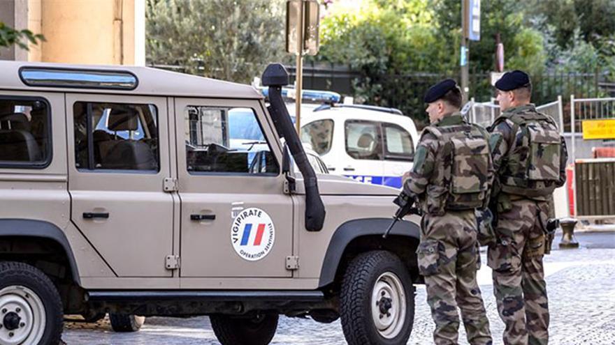 Perímetro de seguridad en el lugar donde un vehículo ha atropellado a un grupo de militares a las afueras de París
