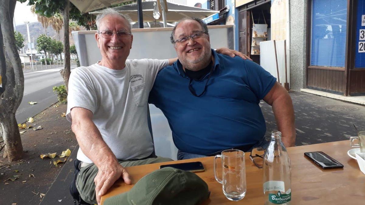 El coordinador científico de Involcán, Nemesio Pérez, y el geólogo Juan Carlos Carracedo en una terraza en La Palma.