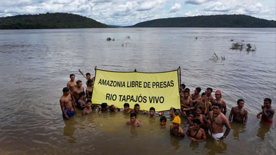 Protesta contra la represa y la central eléctrica en el río Tapajós.