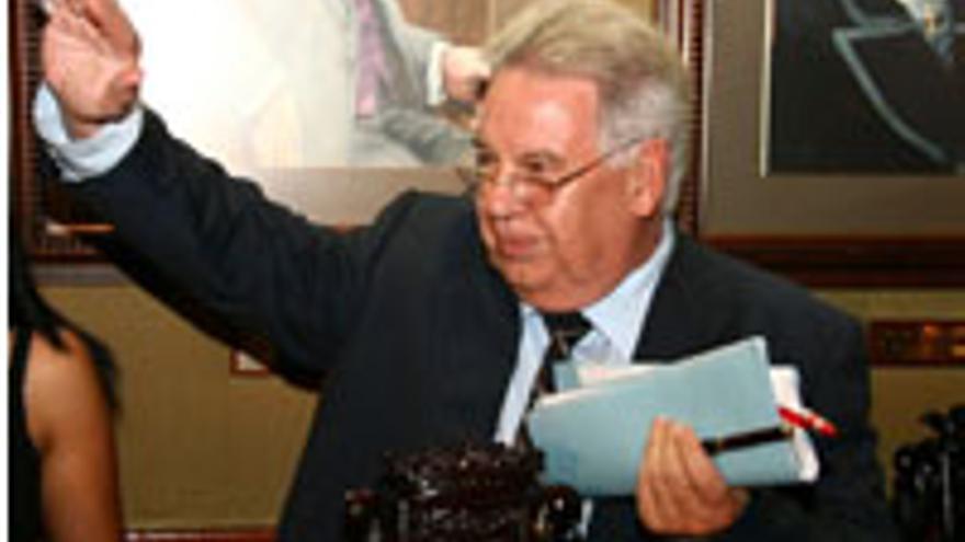 Marcos Brito, brazo en alto, grabado por Mi Tierra TV.