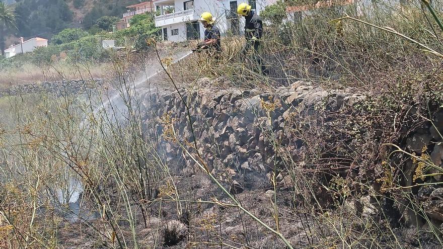 Dos bomberos apagando el conato que se registró en la zona de Mirca (Santa Cruz de La Palma) este jueves.