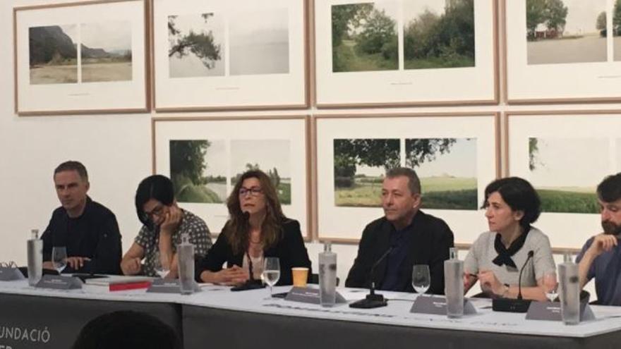 La directora de la Fundació Per Amor a l'Art, Nuria Enguita (segunda por la izquierda) en la presentación de Bombas Gens