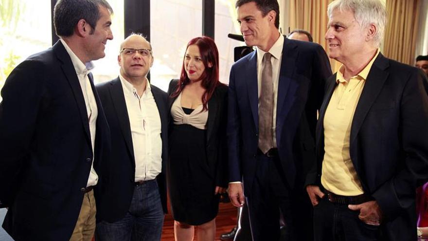 Fernando Clavijo, José Miguel Barragán, Patricia Hernández, Pedro Sánchez y José Miguel Pérez, antes de la firma del acuerdo para gobernar Canarias durante los próximos cuatro años. (EFE/Cristóbal García)