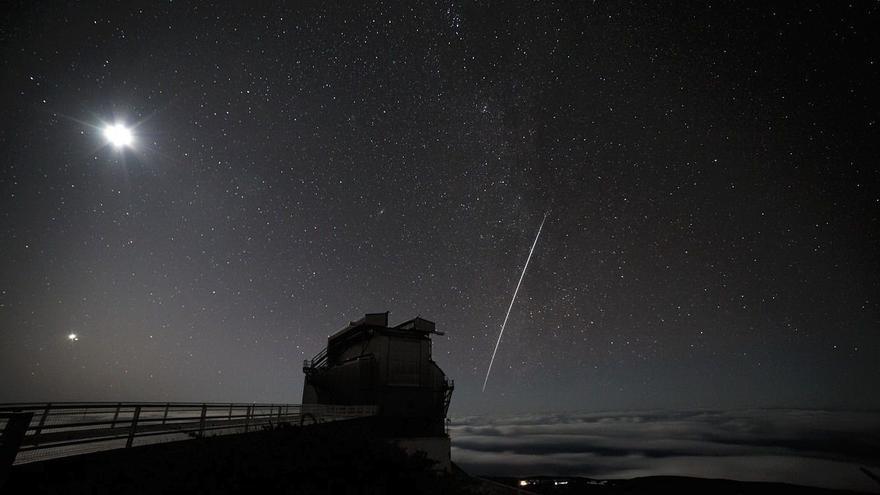 En la imagen, el TNG y, en el cielo, la estela de la Estación Espacial Internacional; también se puede ver la Luna y Venus. Crédito: FGG/TNG.