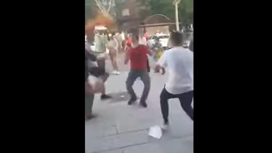 Captura del vídeo en el que aparece el hombre de la camiseta roja herido en las protestas