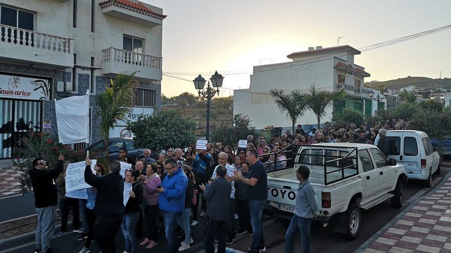 Vecinos de Arico se manifiestan contra la moción de censura.