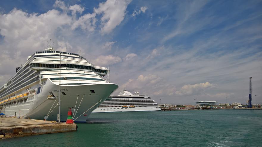 Dos cruceros atracados en el puerto de València