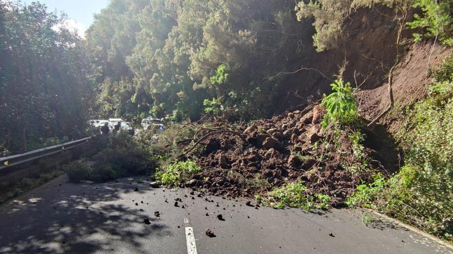 Cerrada la carretera de La Cumbre por un derrumbe que afecta a los dos carriles